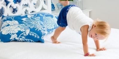 Dete-skace-po-krevetu